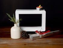 Regalo di Natale con la cornice vuota sulla tavola di legno Fotografie Stock Libere da Diritti