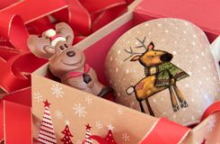 Regalo di Natale con la renna del cioccolato e della tazza Fotografia Stock Libera da Diritti