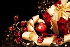Regalo di Natale con la sfera di natale Fotografia Stock