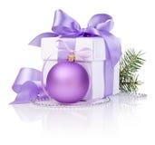 Regalo di natale con la sfera viola, filiale di albero Immagini Stock