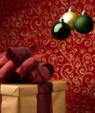 Regalo di Natale con le bolle decorative di natale Fotografia Stock