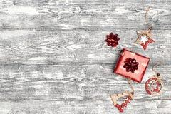 Regalo di Natale con le decorazioni e spazio della copia su fondo di legno grigio fotografia stock