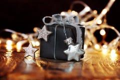 Regalo di Natale con le stelle d'argento Fotografia Stock Libera da Diritti