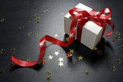Regalo di Natale con le stelle d'oro brillanti Fotografia Stock