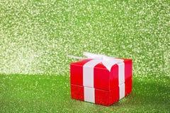 Regalo di Natale contro un verde brillante magico Fotografia Stock