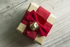 Regalo di Natale decorato con la campana di tintinnio Fotografia Stock Libera da Diritti