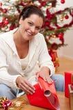 Regalo di Natale dell'imballaggio della giovane donna Immagini Stock