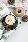 Regalo di Natale e caffè Mattina di natale ideale Immagine Stock