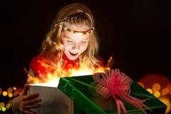 Regalo di Natale emozionale di apertura della ragazza Immagine Stock