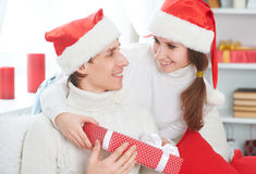 Regalo di Natale la donna dà una scatola del presente del regalo dell'uomo Fotografia Stock