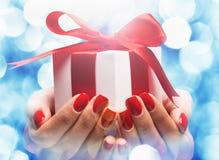 Regalo di Natale in mani femminili Fotografia Stock Libera da Diritti