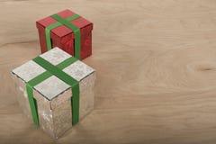 Regalo di Natale nel fondo di legno Fotografia Stock Libera da Diritti