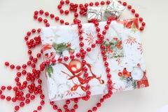 Regalo di Natale nell'imballaggio variopinto Fotografia Stock Libera da Diritti