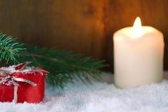 Regalo di Natale in neve Fotografia Stock Libera da Diritti