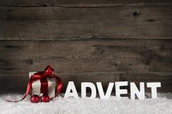 Regalo di Natale o regalo con il nastro rosso classico o arco su ru Immagine Stock Libera da Diritti
