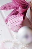 Regalo di Natale per la bambina in scatola rotonda bianca con la d rosa Fotografie Stock Libere da Diritti
