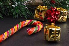 Regalo di Natale, ramo di albero e decorazioni sul fondo scuro dell'ardesia Fotografia Stock