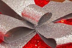Regalo di Natale rosso e d'argento fotografia stock libera da diritti