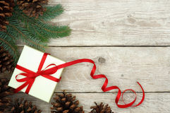 Regalo di Natale spostato con il nastro rosso Fotografie Stock