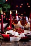 Regalo di Natale in stoviglie alla tavola immagine stock libera da diritti