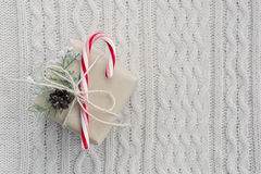 Regalo di Natale su fondo tricottato bianco Fotografia Stock Libera da Diritti