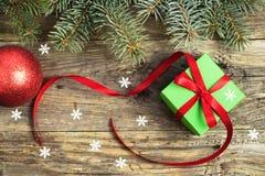 Regalo di Natale su una tavola di legno fotografia stock libera da diritti