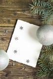 Regalo di Natale su una tavola di legno fotografia stock