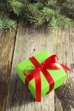 Regalo di Natale su una tavola di legno immagini stock