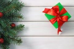 Regalo di Natale su una tavola di legno fotografie stock libere da diritti