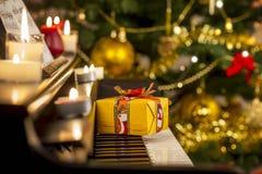 Regalo di Natale sul piano Fotografia Stock Libera da Diritti