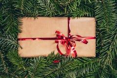 Regalo di Natale sul pino verde o sull'albero attillato immagini stock