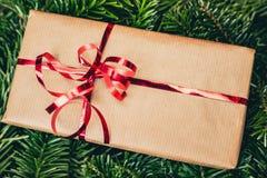 Regalo di Natale sul pino verde o sull'albero attillato fotografia stock