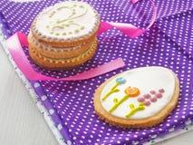 Regalo di Pasqua Biscotti di zucchero casalinghi con l'ornamento floreale Biscotti del pan di zenzero decorati sotto forma dell'u Fotografie Stock Libere da Diritti