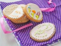 Regalo di Pasqua Biscotti di zucchero casalinghi con l'ornamento floreale Biscotti del pan di zenzero decorati sotto forma dell'u Fotografie Stock