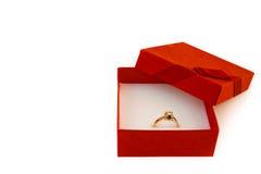 Regalo dorato per il biglietto di S. Valentino Fotografie Stock Libere da Diritti