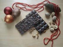 Regalo dulce por el Año Nuevo Decoraciones de la Navidad Chocolate con las nueces Fotografía de archivo libre de regalías