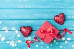 Regalo e cuore rosso sulla vista superiore del fondo di legno del turchese Cartolina d'auguri di Valentine Day del san immagine stock