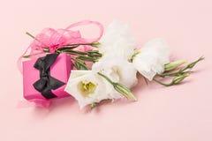 Regalo e fiori Immagini Stock Libere da Diritti
