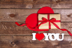Regalo e il ` del ` di parole ti amo su un fondo di legno Cuori di giorno di Valentin Scheda di giorno del biglietto di S Fotografia Stock Libera da Diritti