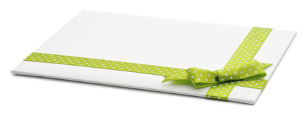 Regalo en blanco con un arco verde Fotografía de archivo