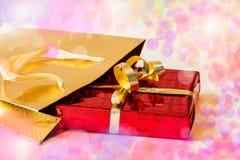 Regalo en bolsa de papel del oro Foco selectivo Foto de archivo libre de regalías