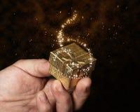 Regalo en caja del oro Foto de archivo libre de regalías