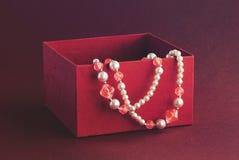 Regalo en caja roja Imágenes de archivo libres de regalías