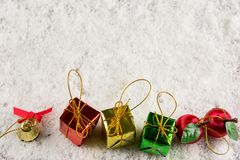 Regalo en concepto del Año Nuevo de la nieve Fotos de archivo libres de regalías