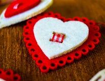 regalo en el juguete del día del ` s de la tarjeta del día de San Valentín en forma de corazón Fotos de archivo