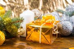Regalo en embalaje flexible de lujo de la Navidad del oro Foto de archivo libre de regalías