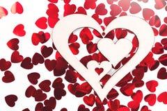 Regalo en forma de corazón en confeti del corazón fotografía de archivo