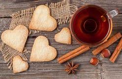 Regalo en forma de corazón hecho en casa de las galletas con el té para el día de tarjetas del día de San Valentín h foto de archivo libre de regalías