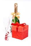 Regalo en rectángulo, champán y vidrios Fotografía de archivo