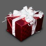 Regalo en rectángulo rojo con una cinta Imagen de archivo libre de regalías